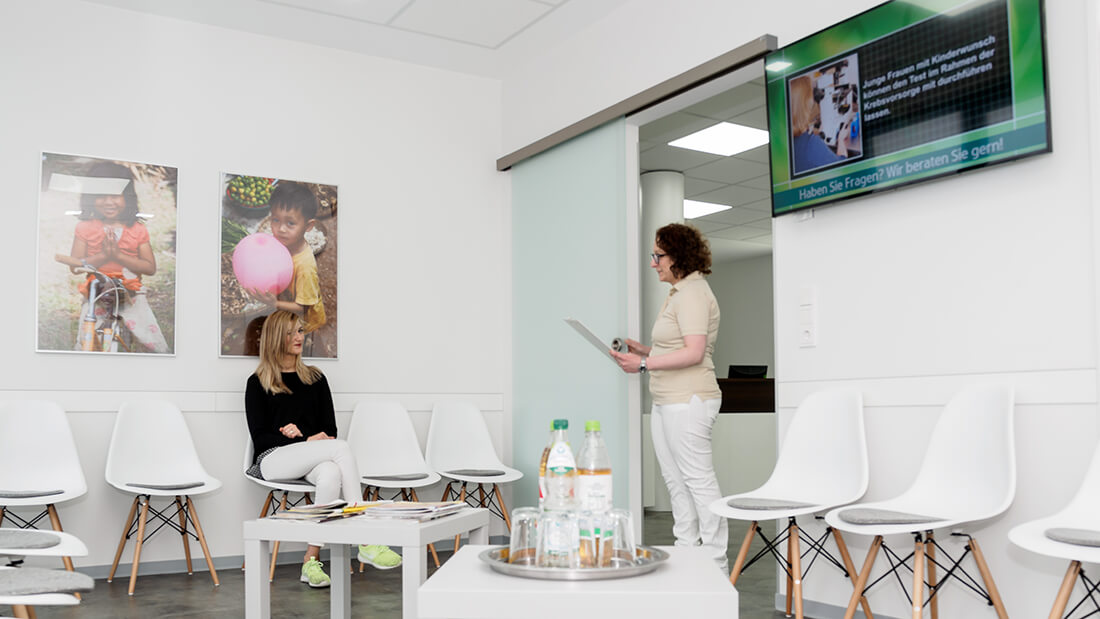 Wartezimmer der Praxis - Frauenarzt Völklingen - Gemeinschaftspraxis Dr. Wagner, Dr. Hefti, Dr. Siebenborn, Dr. Zwank-Koebnik